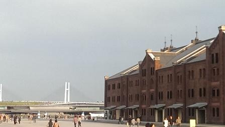 横浜赤レンガ倉庫とベイブリッジ
